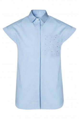 Błękitna koszula z krótkim rękawem i zdobioną kieszonką
