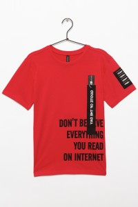 Czerwony T-shirt z napisami dla chłopaka