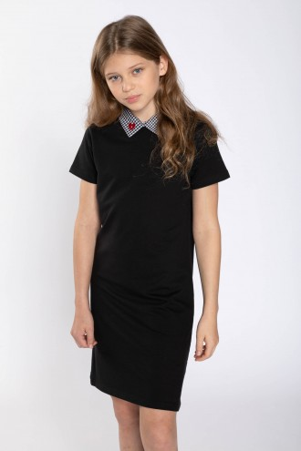 Czarna sukienka z ozdobnym kołnierzykiem