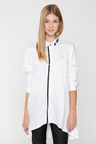Asymetryczna biała koszula z ozdobnym zapięciem