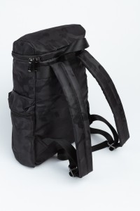 Czarny plecak z kieszeniami