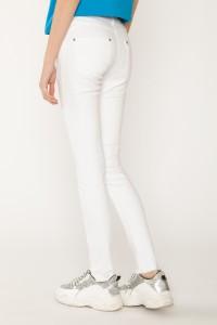 Białe dopasowane spodnie dla dziewczyny