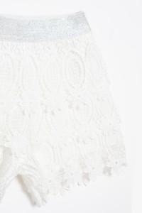 Białe koronkowe shorty dla dziewczyny